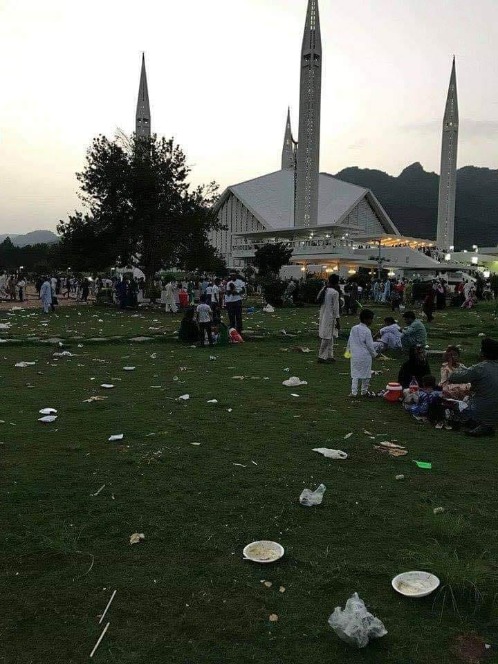 Litter on the lawns of Faisal Mosque